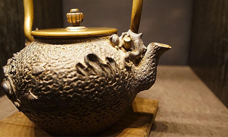 龜文堂舟亭嵌銀波千鳥紋飾小鐵壺