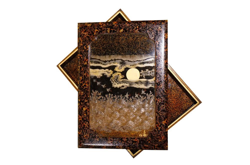 【滿月飛鳥蒔繪漆器盒】別具雅緻的蒔繪漆器盒上清晰可見層層堆疊的「青海波」,波上八隻飛鳥依序向上而飛,象徵著繁榮昌盛,有無限延展美好的含義。「月。光輝,皎潔。耀乾坤,靜空闊。」 滿天星空,金光閃閃,朗朗明月當空,圓滿繁榮昌盛。 下方落款「青海作」,更是奠定此蒔繪漆器盒出自名家之手。